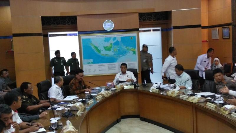 Menteri Koordinator Bidang Politik Hukum dan Keamanan Wiranto (tengah) mengadakan rapat terbatas tingkat menteri di kantornya  Senin  6 Mei 2019. - Bisnis/Jaffry Prabu Prakoso