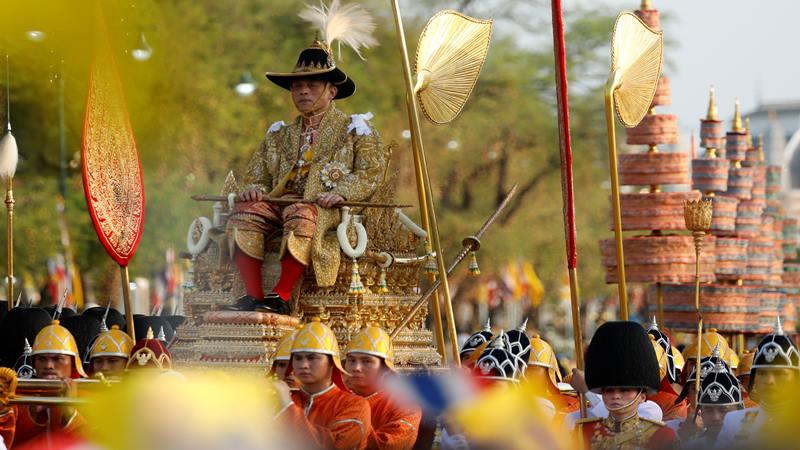 Raja Maha Vajiralongkorn yang baru dimahkotai di Thailand ikut serta dalam prosesi di dekat Istana Negara di Bangkok, 5 Mei 2019. - Reuters