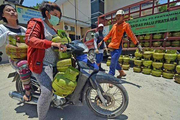 Warga membeli tabung elpiji 3 kilogram di Palu, Sulawesi Tengah, Rabu (15/3). - Antara/Basri Marzuki
