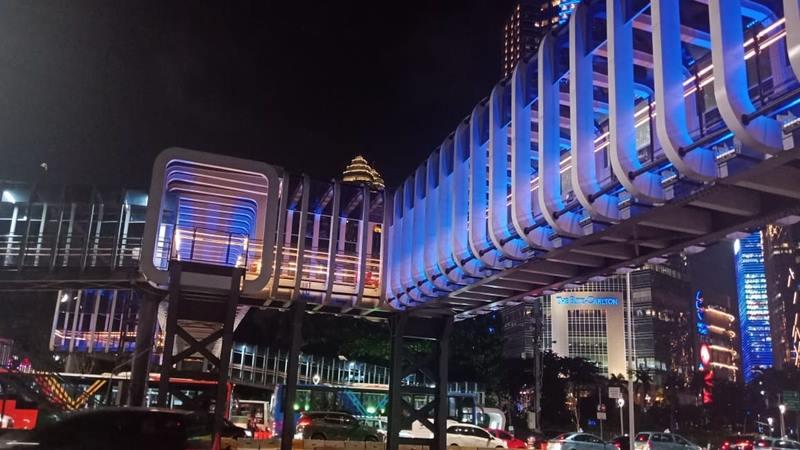 Pemerintah Provinsi DKI Jakarta menggunakan tema lampu berwarna biru  di Jembatan Penyeberangan Orang (JPO) Gelora Bung Karno selama dua minggu ke depan. - Istimewa