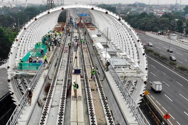 Pekerja menyelesaikan proyek pembangunan Light Rail Transit ( LRT) di Jakarta, Senin (14/1/2019). - Bisnis/Abdullah Azzam