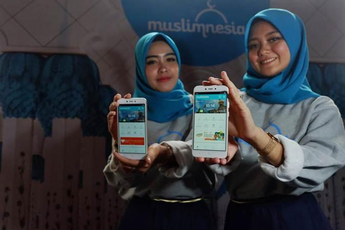 Model menunjukkan aplikasi Muslimnesia pada peluncurannya di Jakarta, Jumat (3/5/2019). - Bisnis/Nurul Hidayat