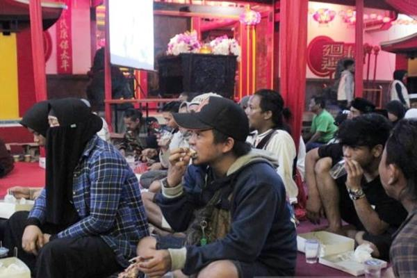 Anak jalanan, kaum duafa, serta anak yatim piatu melaksanakan sahur bersama istri mendiang KH Abddurrahman Wahid atau Gus Dur, Sinta Nuriyah di Wihara Dhanagun Kota Bogor Jawa Barat, Selasa (7/5/2019).  - Antara