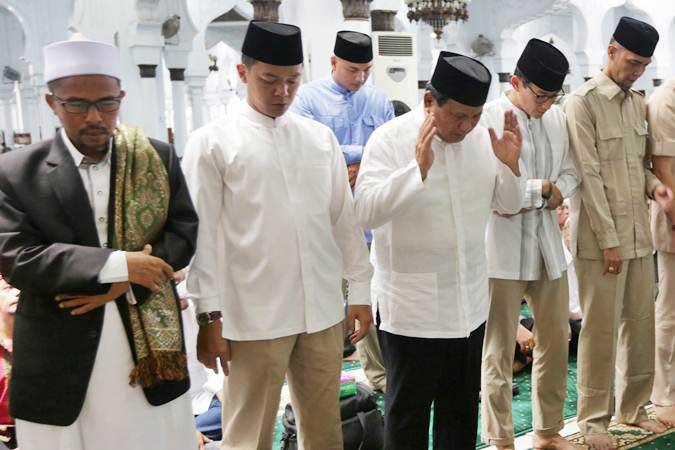 Capres cawapres no urut 02 Prabowo Subianto (tengah) dan Sandiaga Salahudin Uno (kedua kanan) melaksanakan salat sunnah sebelum ibadah salat Jumat pada kunjungannya ke Aceh di Masjid Raya Baiturrahman, Banda Aceh, Aceh, Jumat (3/5/2019). - ANTARA/Irwansyah Putra