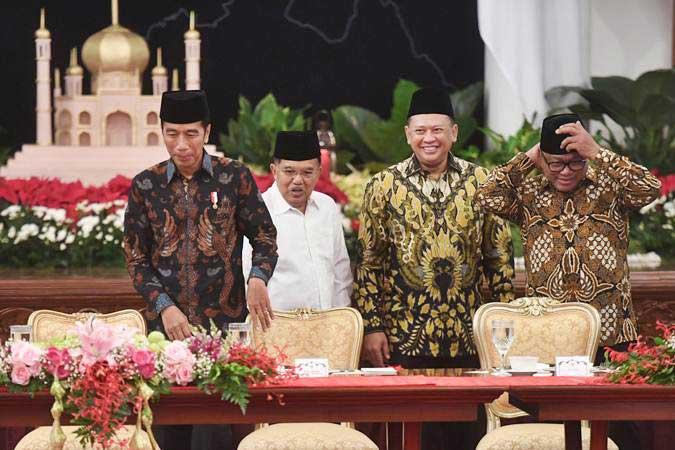 Presiden Joko Widodo (kiri) didampingi Wakil Presiden Jusuf Kalla (kedua kiri), Ketua DPR Bambang Soesatyo (kedua kanan) dan Ketua DPD Oesman Sapta Odang bersiap mengikuti acara buka puasa bersama dengan pimpinan lembaga tinggi negara di Istana Negara, Jakarta, Senin (6/5/2019). - ANTARA/Akbar Nugroho Gumay