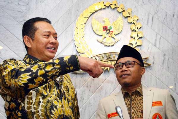 Ketua DPR Bambang Soesatyo (kiri) menerima kunjungan Ketua Pemuda Muhammadiyah yang baru Sunanto (kanan) saat melakukan pertemuan di Gedung Parlemen Senayan, Jakarta, Kamis (17/1/2019). - ANTARA/Muhammad Iqbal