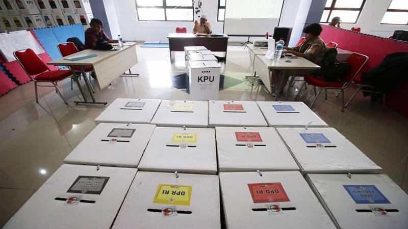 Petugas Panitia Pemilihan Kecamatan (PPK) melakukan rekapitulasi surat suara di tingkat Kecamatan di GOR Kelapa Gading, Jakarta, Senin (22/4/2019). - Antara