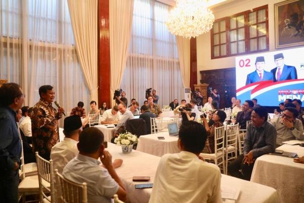 Calon Presiden Prabowo Subianto saat menyampaikan kecurangan pemilu kepada media asing di kediamannya, Jakarta, Senin (6/5 - 2019)