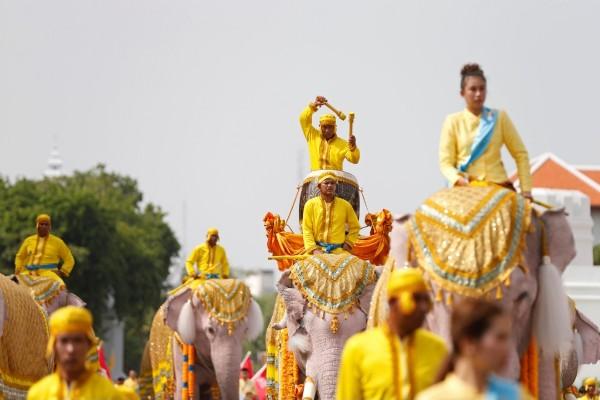 Pawai gajah putih di luar Istana Kerajaan Thailand di Bangkok, Selasa (7/5/2019) - Reuters