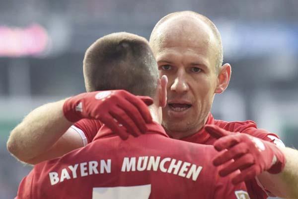 Dua beteran yang akan meninggalkan Bayern Munchen, Arjen Robben (menghadap kamera) dan Franck Ribery. - Reuters/Fabian Bimmer