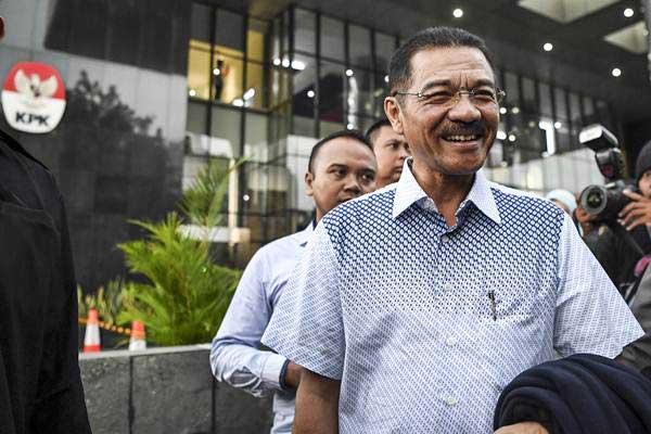 Mantan Menteri Dalam Negeri Gamawan Fauzi berjalan meninggalkan Gedung KPK usai diperiksa di Jakarta, Selasa (8/1/2019). - ANTARA/Hafidz Mubarak A