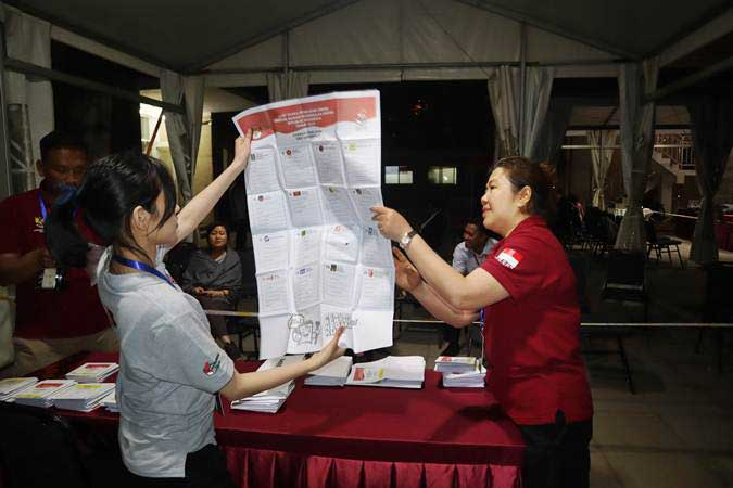 Anggota PPLN Beijing melakukan penghitungan surat suara Pemilu 2019 yang dikirimkan oleh para pemilih WNI dari berbagai daerah di China melalui pos di KBRI Beijing, Rabu (17/4/2019). - ANTARA/M. Irfan Ilmie