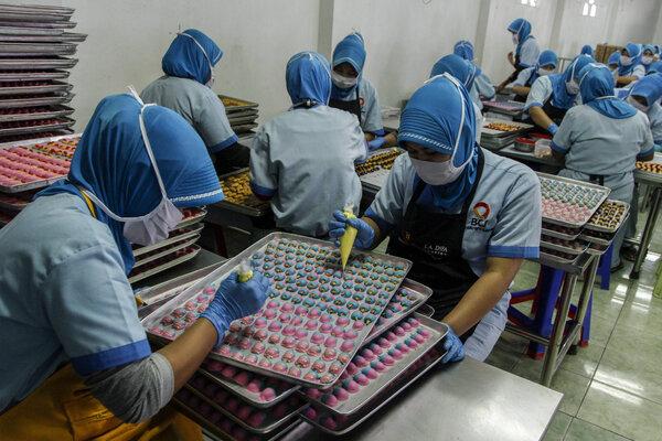 Pekerja menyelesaikan produksi kue kering di Ina Cookies Factory, Bandung, Jawa Barat, Rabu (24/4/2019). Industri makanan kue kering Ina Cookies tersebut memproduksi kue kering hingga 7000 toples perhari guna memenuhi pesanan dari sejumlah wilayah di Indonesia, Malaysia dan Singapura dengan terus mengembangkan varian kue dan rasa seperti Putri Ice Cream dan Nastar Blueberry yang dipasarkan dengan kisaran harga Rp50.000 - Rp150.000. - Antara/Novrian Arbi