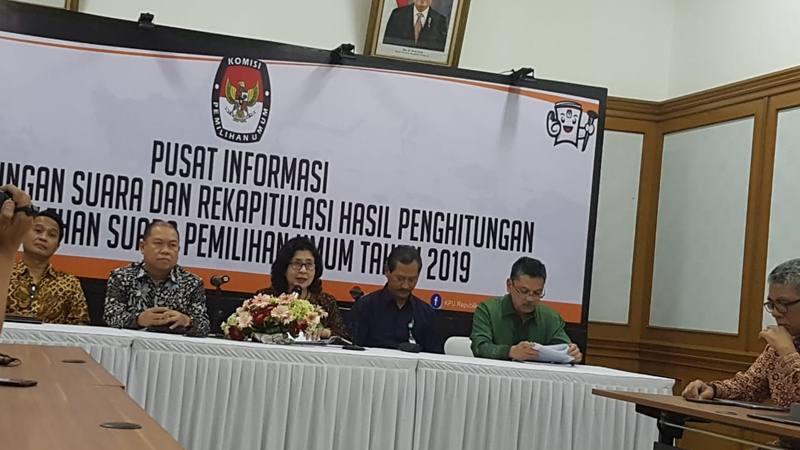 Menteri Kesehatan Nila Moeloek memberikan keterangan pers mengenai jumlah korban meninggal dan sakit pada pelaksanaan Pemilu 2019 di Kantor KPU, Jakarta, Rabu (8/5/2019) - Bisnis/Denis Riantiza M