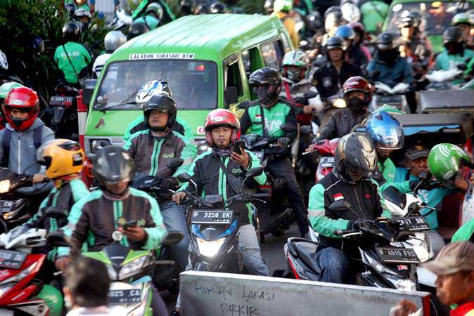 Pengemudi ojek online (ojol) menunggu penumpang di kawasan Paledang, Kota Bogor, Jawa Barat, Selasa (26/3/2019). - ANTARA/Yulius Satria Wijaya