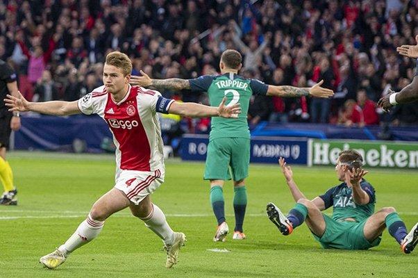 Ekspresi bek Ajax, Matthijs De Ligt (kiri) usai menjebol gawang Tottenham Hotspur - Twitter