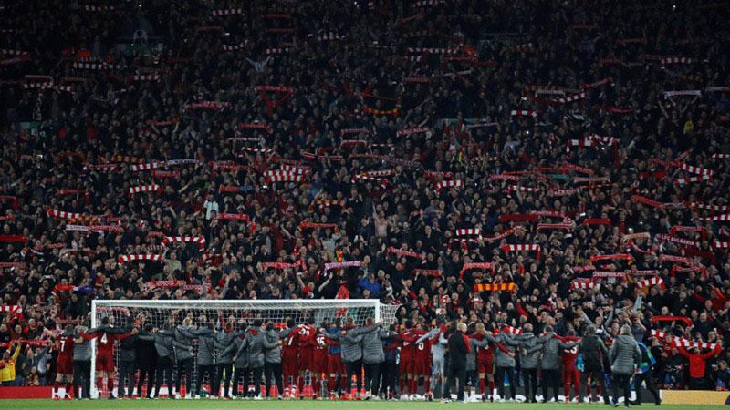 Pemain Liverpool merayakan kelolosan mereka ke final Liga Champions Eropa musim 2018 - 2019 bersama suporternya. Liverpool menghantam Barcelona 4 - 0 di semifinal leg kedua pada Rabu (8/5/2019) dini hari WIB setelah sepekan sebelumnya dihajar Barca 0-3 di leg pertama. - Reuters/Carl Recine