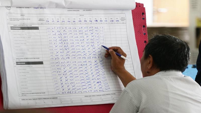 Ilustrasi-Petugas Panitia Pemilihan Kecamatan (PPK) melakukan rekapitulasi surat suara di tingkat Kecamatan di GOR Kelapa Gading, Jakarta, Senin (22/4/2019).  - Antara