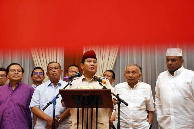 Capres nomor urut 02 Prabowo Subianto (tengah) bersama tim Badan Pemenangan Nasional (BPN) memberikan keterangan kepada wartawan di kediamannya di Kertanegara, Jakarta, Rabu (8/5/2019). - ANTARA/Indrianto Eko Suwarso