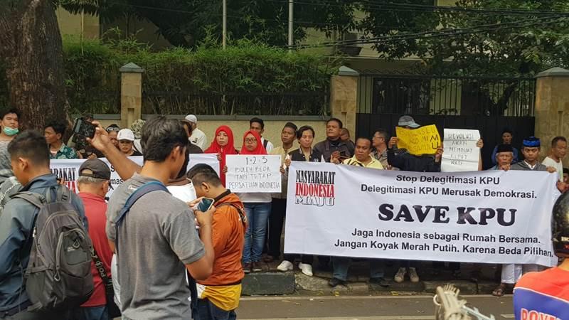 Aksi pengunjuk rasa di depan Gedung KPU - Bisnis/Lalu Rahadian