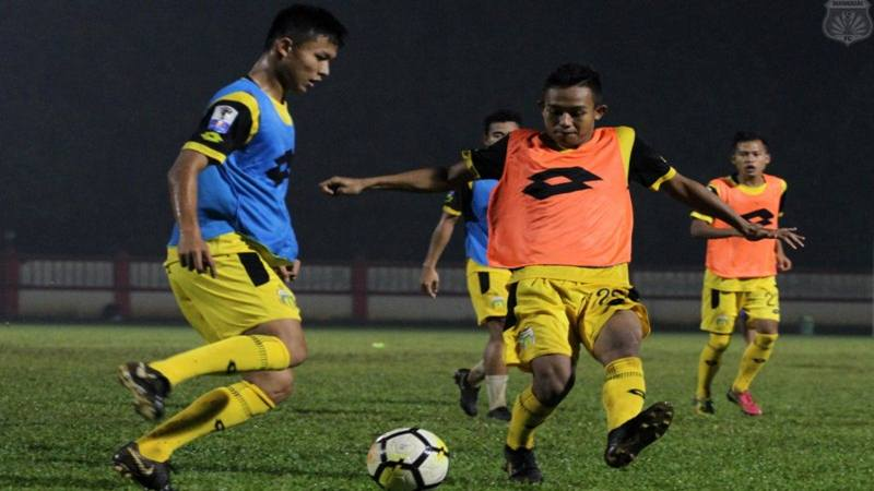 Para pemain Bhayangkara FC berlatih di Stadion Perguruan Tinggi Ilmu Kepolisian, Jakarta, Rabu (8/5/2019) malam. - Dok. Bhayangkara FC