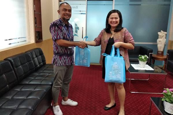 Vice President Marketing Airy, Ika Paramita (kanan) saat berkunjung ke Redaksi Bisnis Indonesia di Jakarta, Kamis (9 - 5).