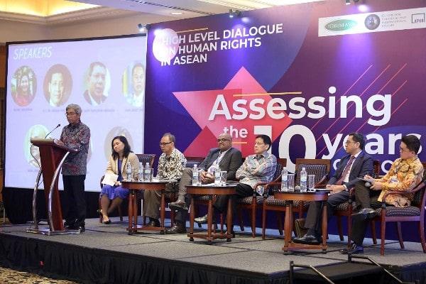 Wakil Menlu RI A.M. Fachir (kiri) saat memberi sambutan dalam kegiatan High Level Dialogue on Human Rights in Asean: Assessing the 10 Years Evolution of AICHR di Jakarta, Kamis (9/5/2019) - Dok. Kemlu