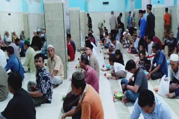 Para jamaah Masjid Pekojan Semarang bersiap menyantap bubur india - Alif