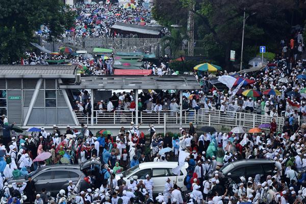 Umat muslim mengikuti aksi damai 112 di Kawasan Jalan Juanda, Jakarta, Sabtu (11/2). Aksi yang diikuti ribuan peserta itu merupakan lanjutan dari aksi damai 212. - Antara