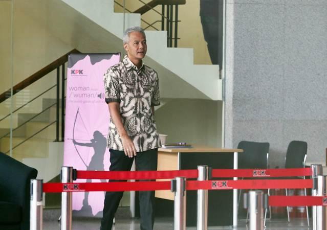 Gubernur Jawa Tengah Ganjar Pranowo meninggalkan gedung KPK usai menjalani pemeriksaan di Jakarta, Jumat (10/5/2019). - ANTARA/Reno Esnir