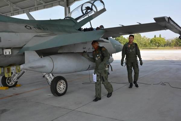 Penerbang Skadron Udara 15 mengecek pesawat T-50i sebelum terbang, Kamis (9/5 - 2019). (Istimewa/Lanud Iswahjudi)