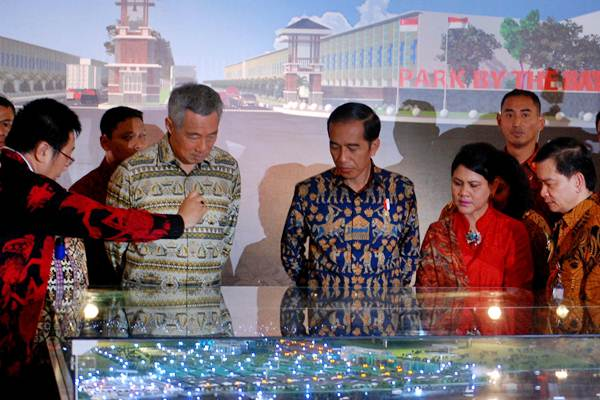 Presiden Joko Widodo (ketiga kanan) dan Perdana Menteri Singapura Lee Hsien Loong (kedua kiri) mengamati maket Kawasan Industri Kendal (KIK) menjelang peresmiannya, di Kaliwungu, Kabupaten Kendal, Jawa Tengah, Senin (14/11). - Antara/Aditya Pradana Putra