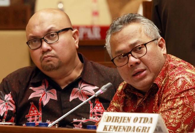 Ketua KPU Arief Budiman (kanan) bersama komisioner KPU Ilham Saputra (kiri) melakukan Rapat Dengar Pendapat (RDP) dengan Komisi II DPR di Komplek Parlemen Senayan, Jakarta, Senin (18/3/2019). - ANTARA/Muhammad Iqbal