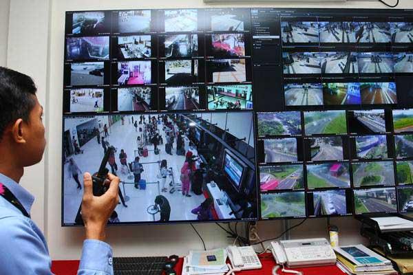 Ilustrasi - Petugas Bandara Soetta melakukan pemantauan lewat CCTV yang ada di posko Libur Natal 2018 dan Tahun Baru 2019 di Bandara Soekarno Hatta, Tangerang, Banten, Kamis (20/12/2018). - ANTARA/Muhammad Iqbal