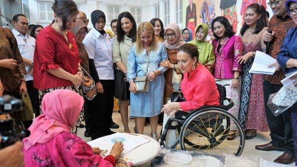 Wakil Presiden Republik Argentina Gabriela Michetti terinspirasi pusat pemasaran dan promosi produk unggulan UKM Smesco Indonesia. - Bisnis/Agne Yasa