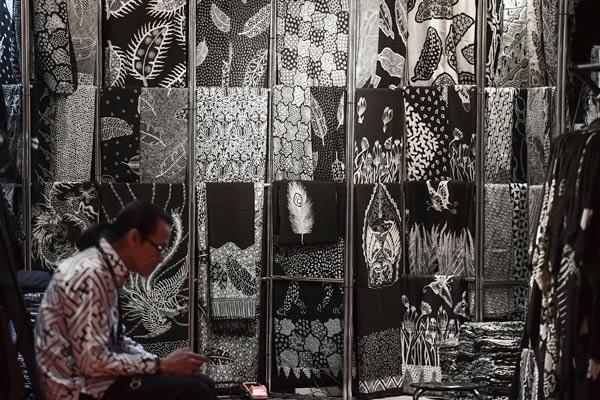 Perajin batik berada di stannya saat perhelatan Gelar Batik Nusantara 2019 di Jakarta Convention Center, Jakarta, Rabu (8/5/2019). Acara yang digelar pada 8-12 Mei tersebut sebagai upaya mempromosikan batik dan kerajinannya yang telah menjadi warisan dunia.  - ANTARA