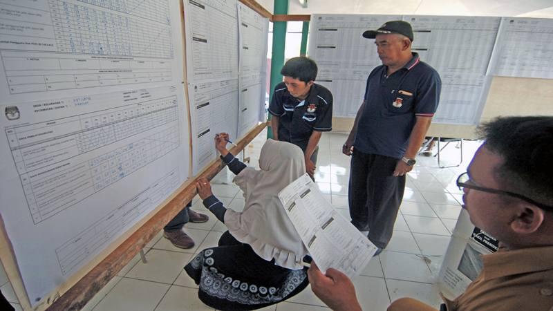 Petugas PPK melakukan rekapitulasi suara Pemilu 2019 tingkat kecamatan di Kecamatan Kramat, Kabupaten Tegal, Jawa Tengah, Senin (22/4/2019). - Antara