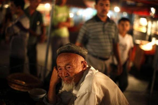 Seorang lelaki tua dari etnis Uighur nampak duduk di pasar lokal di Kashgar, Xinjiang (2/8/2011). - Reuters/Carlos Barria