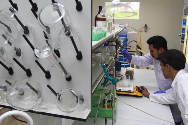 Dua peneliti dari Lembaga Ilmu Pengetahuan Indonesia (LIPI) melakukan proses pembuatan bioplastik berbahan baku tandan kelapa sawit di Laboratorium Kimia LIPI Puspiptek, Serpong, Tangerang Selatan, Banten, Selasa (30/4/2019). Dengan ditemukannya plastik berbahan baku tandan kelapa sawit ini nantinya diharapkan mampu mengurang bahaya sampah plastik di Indonesia khususnya dan dunia umumnya, dimana plastik tersebut akan terurai kurang dari 3 bulan yang limbahnya dapat digunakan sebagai pupuk tanaman.  - ANTARA