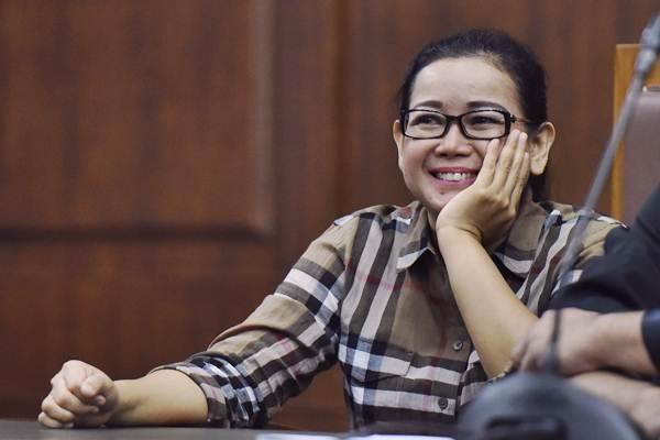 Mantan anggota DPR Miryam S. Haryani, tersenyum seusai menjalani sidang lanjutan kasus dugaan pemberian keterangan palsu dalam sidang e-KTP di Pengadilan Tipikor, Jakarta, Selasa (18/7). - ANTARA/Wahyu Putro A