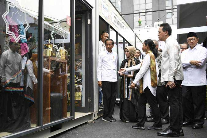 Presiden Joko Widodo (tengah) didampingi Menteri BUMN Rini Soemarno (ketiga kanan), Menteri Agama Lukman Hakim Saifuddin (kanan) dan Kepala Bekraf Triawan Munaf (kedua kanan) meninjau gerai Halal Park di kawasan Stadion Utama Gelora Bung Karno, Jakarta, Selasa (16/4/2019). - ANTARA/Puspa Perwitasari