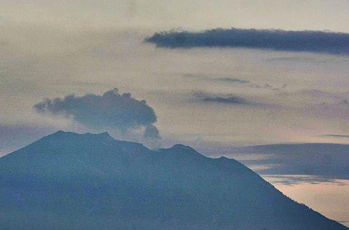 Gunung Agung mengeluarkan asap terlihat dari Denpasar, Bali, Jumat (22/2/2019). - ANTARA/Fikri Yusuf