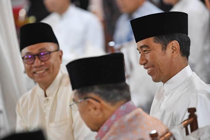Presiden Joko Widodo (kanan) berbincang dengan Wapres Jusuf Kalla (tengah) dan Ketua MPR Zulkifli Hasan ketika menghadiri buka puasa bersama pimpinan lembaga tinggi negara di Rumah Dinas Ketua MPR di kawasan Widya Chandra Jakarta, Jumat (10/5/2019). - ANTARA/Wahyu Putro A
