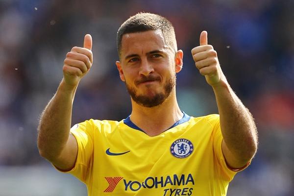 Eden Hazard memberikan jempol kepada fans seusai laga terakhir Liga Premier Inggris musim 2018/2019 saat Chelsea bertandang ke markas Leicester City, Minggu (12/5/2019) - REUTERS/Eddie Keogh