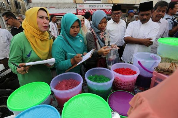 Petugas Balai Pengawas Obat dan Makanan (BPOM) Banda Aceh membeli makanan dan minuman berbuka puasa yang dijajakan pedagang takjil untuk diuji laboratorium di Banda Aceh, Aceh, Jumat (10/5/2019). BPOM dan Pemerintah Kota Banda Aceh akan memberikan sanksi kepada pedagang yang menjual makanan dan minuman mengandung zat kimia berbahaya. - ANTARA