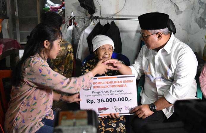Ketua KPU Arief Budiman (kanan) menyerahkan santunan kepada keluarga almarhum Tutung Suryadi, petugas KPPS yang wafat, di Tangki, Tamansari, Jakarta Barat, Jumat (3/5/2019). - ANTARA/Aditya Pradana Putra