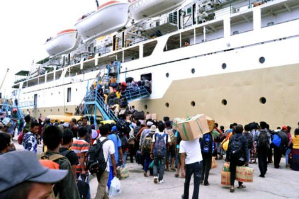 Pemudik bersiap memasuki kapal di Pelabuhan Tanjung Emas Semarang - Ilustrasi