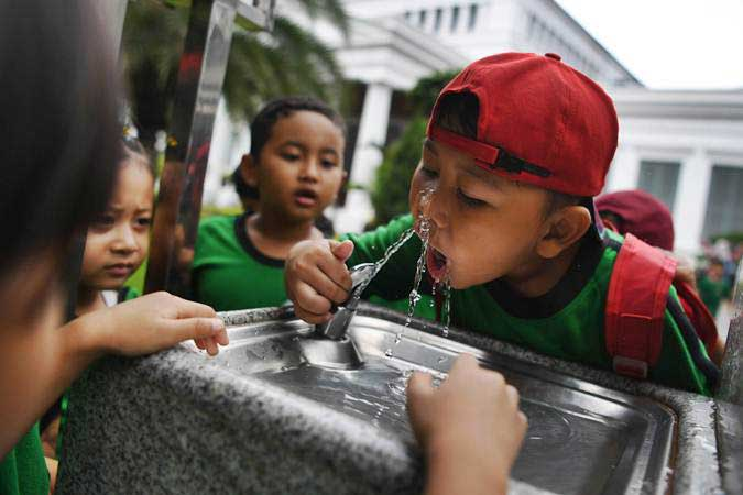 Seorang anak meminum air secara langsung dari tap water di Museum Nasional, Jakarta. - ANTARA FOTO/Wahyu Putro A