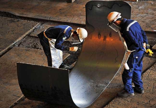 Pekerja memeriksa kualitas lempengan baja panas di pabrik pembuatan hot rolled coil (HRC) PT Krakatau Steel (Persero) Tbk di Cilegon, Banten, Kamis (7/2/2019). - ANTARA/Asep Fathulrahman