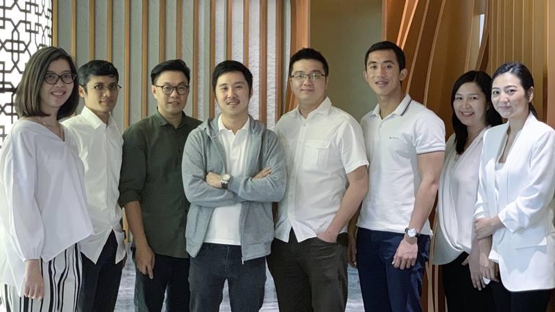 (Ketiga hingga keenam dari kiri) Managing Partner East Ventures Willson Cuaca, Founder Advotics Boris Sanjaya, Founder Hendi Chandi, dan Founder Jeffry Tani bersama tim Advotics. - dok. East Ventures